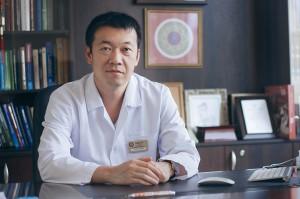 """Главный врач центра восточной медицины """"Амрита"""" - Чой Ен Джун."""